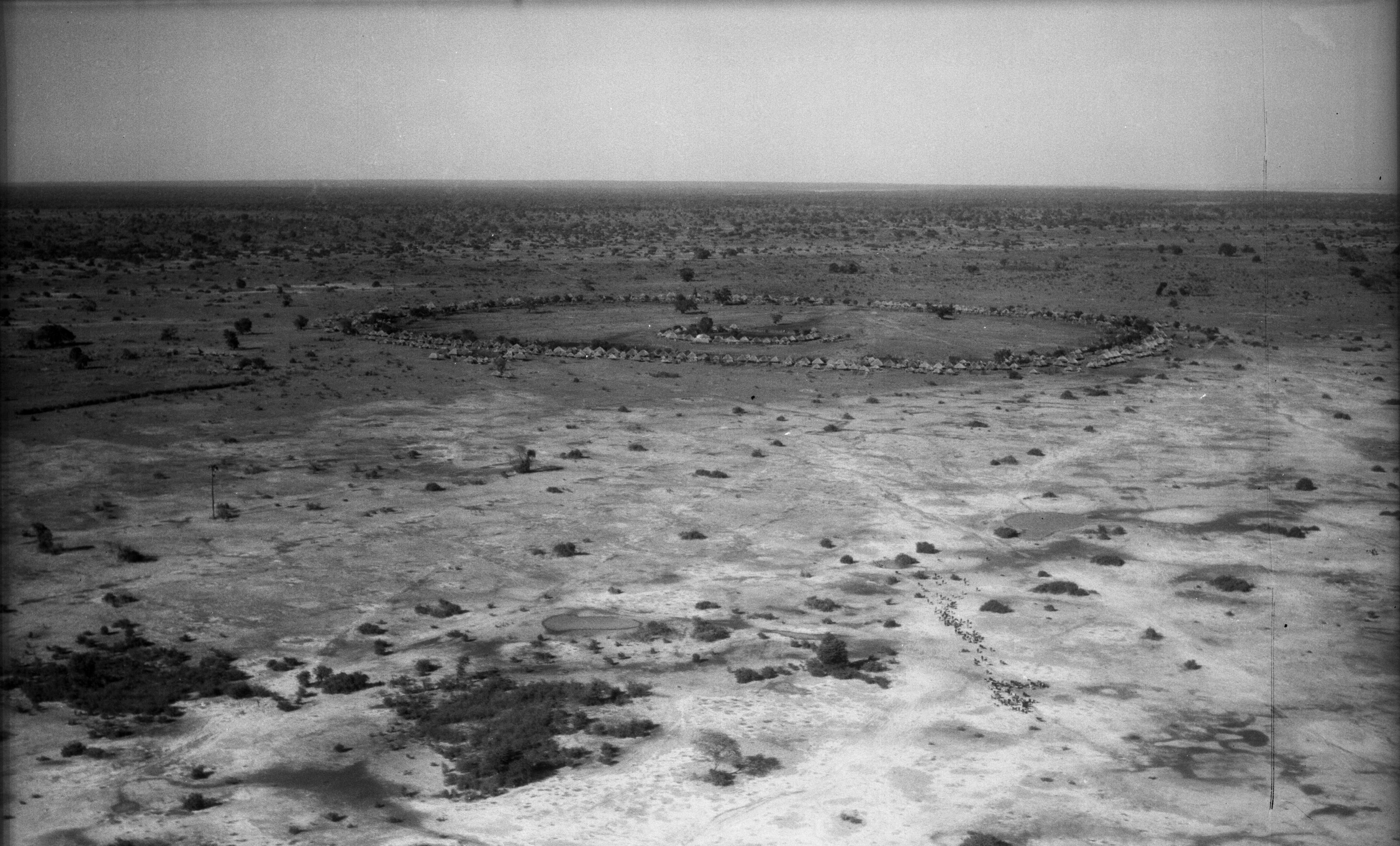 Das Dorf von Chief Mukobela im Jahr 1937 aus der Ferne